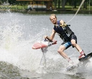 Extreme-ironing-while-waterskiiing (www.edgymix.com)